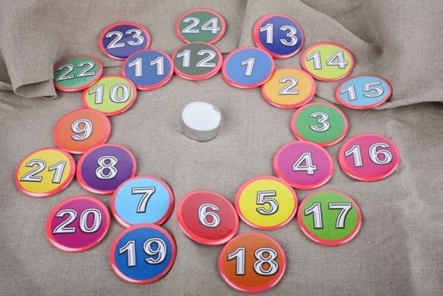 neu adventskalender 5 8 cm buttons zahlen 24 button gro zahl advent kalender ebay. Black Bedroom Furniture Sets. Home Design Ideas